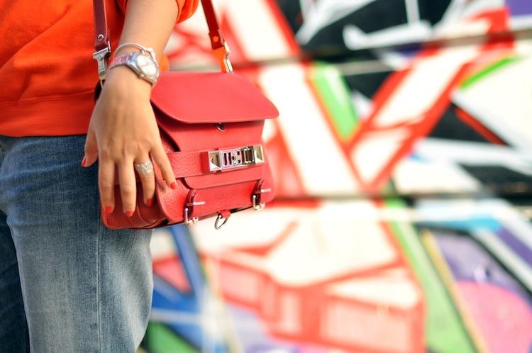 Lovalinda ⎪L'orange néon ⎪Sweaters Homiès Brian Lichtenberg x PS11 Paprika Proenza Schouler x Boyfriend jeans Gucci