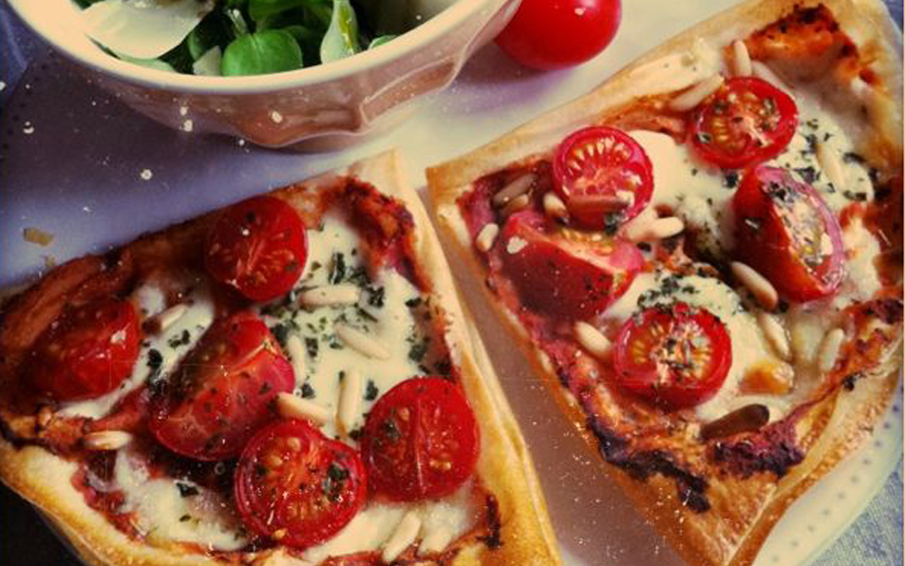 La tarte fine aux tomates, mozza et pignons