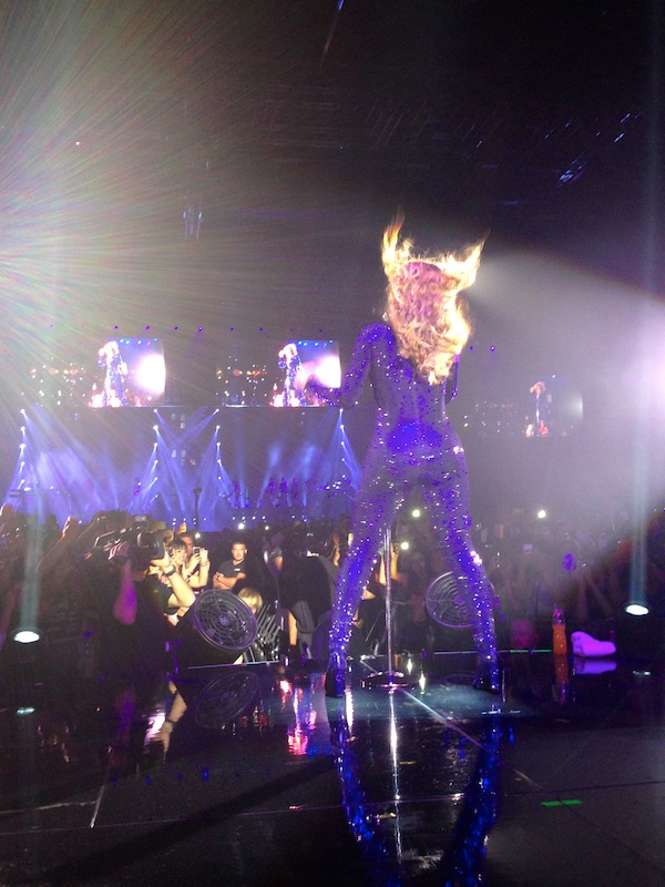L'expérience Priceless par LovaLinda - MrsCarterShow - Beyoncé de dos moi sur scène