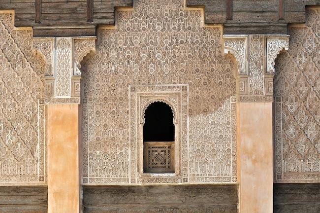 Les mille et une nuits à Marrakech | Lovalinda x Medina x Médersa Fenêtre et poutres
