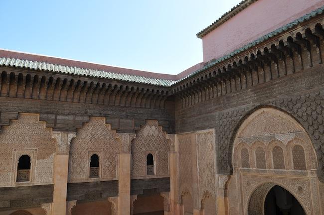 Les mille et une nuits à Marrakech | Lovalinda x Medina x Médersa Fenêtres et Toits