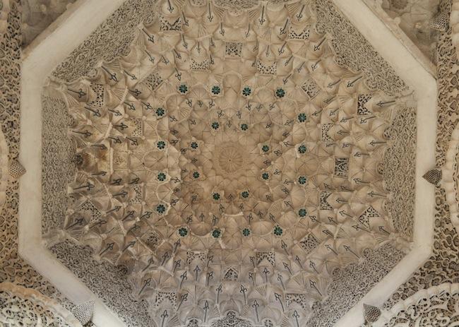 Les mille et une nuits à Marrakech | Lovalinda x Medina x Médersa Plafond
