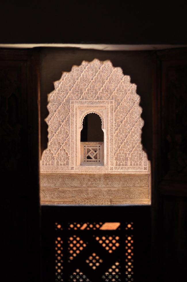 Les mille et une nuits à Marrakech | Lovalinda x Medina x Médersa fenêtre