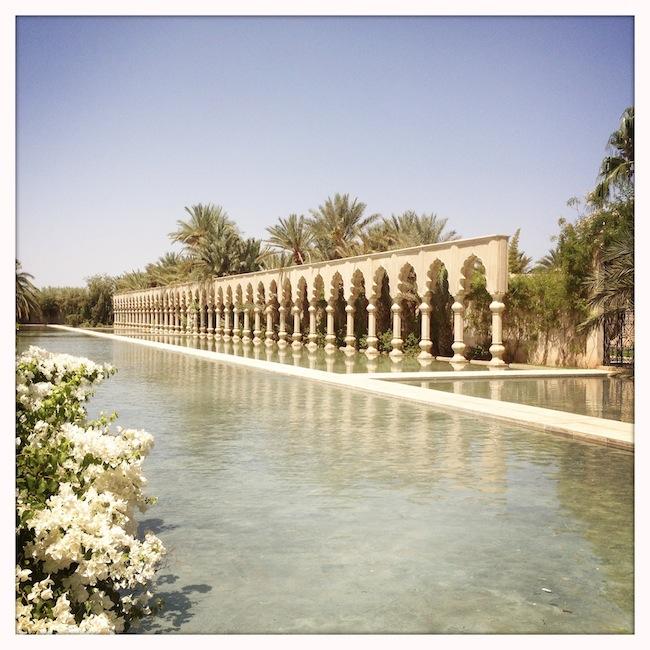 Les milles et une nuits à Marrakech | LovaLinda x Palais Namaskar x Legs x Bassin x Fleurs