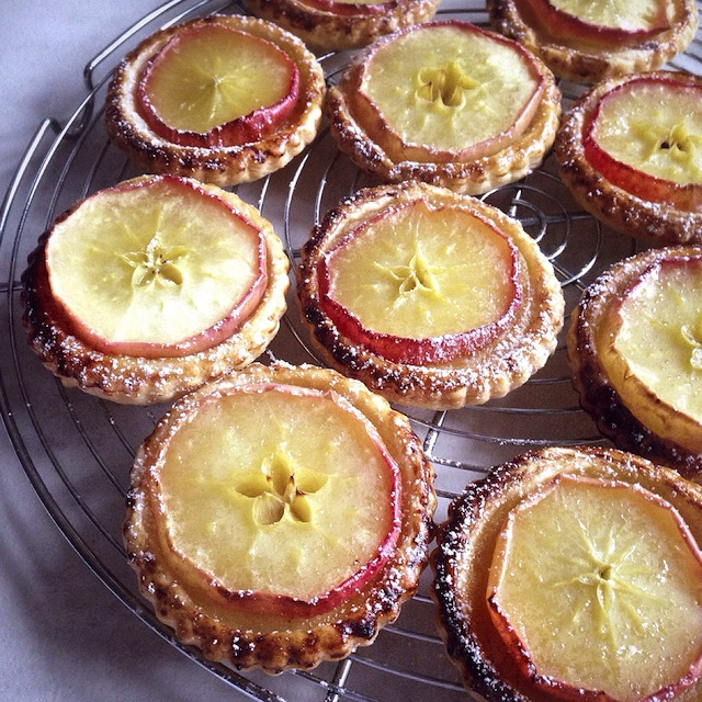 Les tartelettes aux pommes par Julia Vale M pour Lovalinda