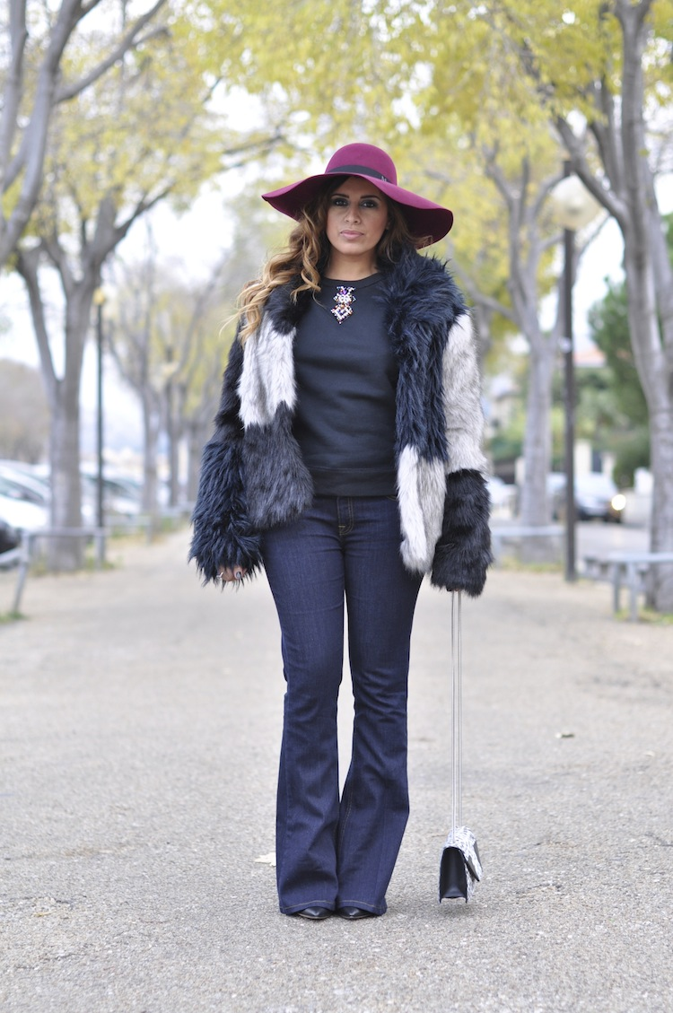Le bourge décalé | LovaLinda x Maison Michel blanche rabbit-felt wide-brimmed hat x American Retro Faux-Fur Coat x Sandro Sweat Tendance x Victoria Beckham Denim Mid-rise flared jeans x Gianvito Rossi boots x Betty Bag Saint-Laurent