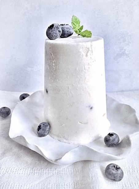 Le dôme de fromage blanc glacé aux framboises et myrtilles par Julia Vale Marchier | LovaLinda