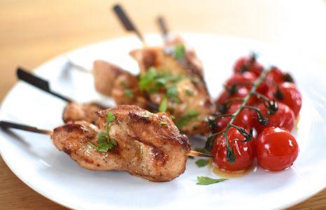 Les kebabs de poulet et tomates