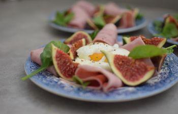 L'œuf poché aux figues et jambon