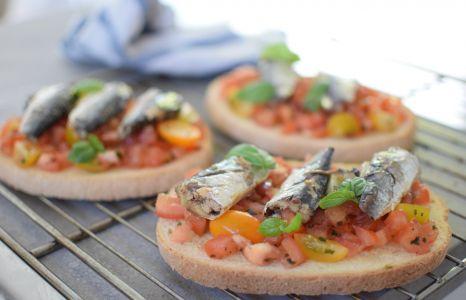 Les bruschetta sardines et tomates