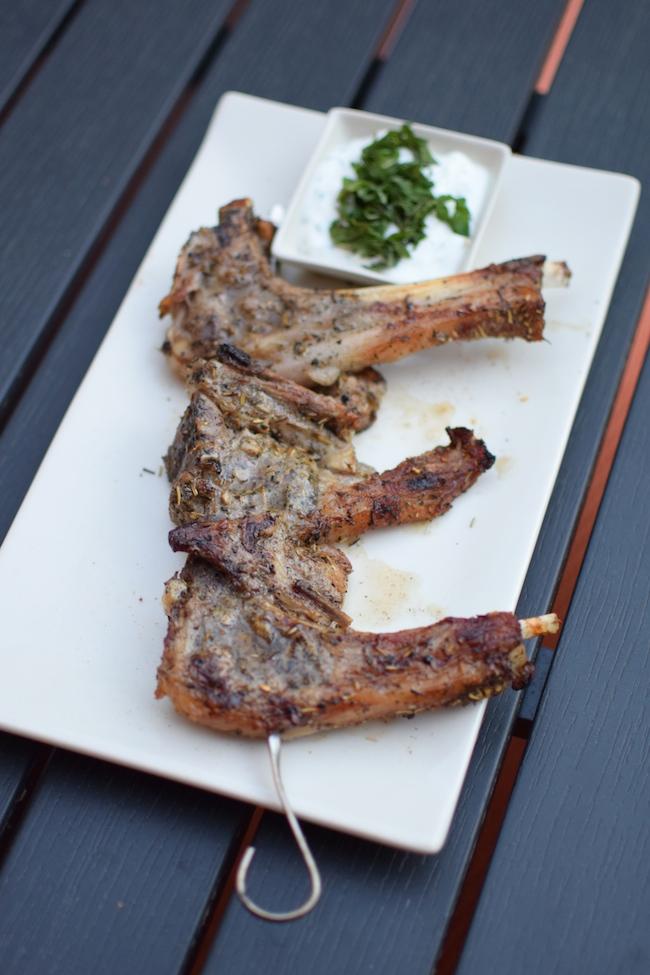 Les côtelettes d'agneau aux herbes | LovaLinda x Blog Cuisine Marseille