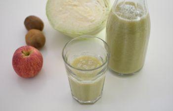 Le smoothie chou, pomme et kiwi