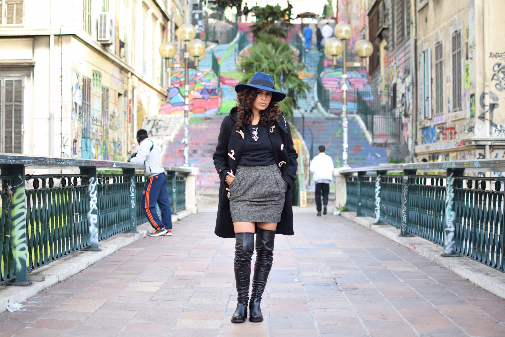Le faux sage | LovaLinda | Blog Mode Look Marseille | Fedora Catarzi x Duffle coat Saint Laurent x Clutch Pierre Hardy x Jumper Sandro x Skirt Sandro x Over The Knees Boots Stratégia