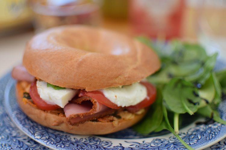 Le bagel à l'italienne tomates mozzarella |Blog | Cuisine Recettes Sandwich Brunch