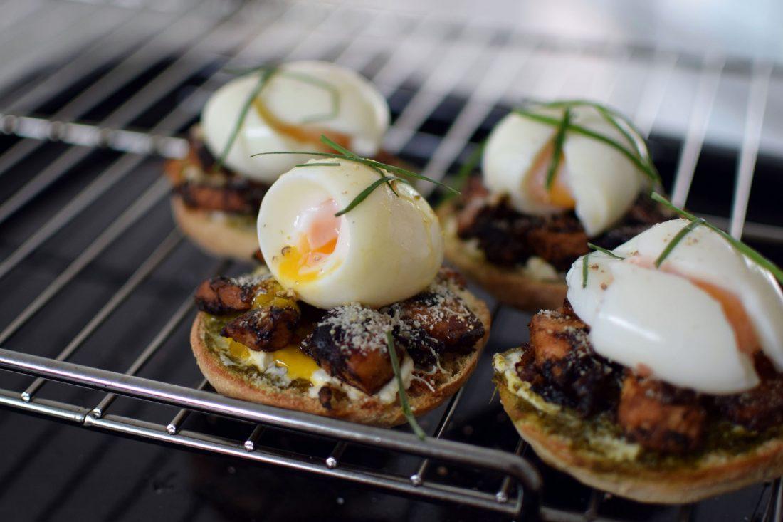 Les muffins anglais au poulet, pesto et œuf mollet | LovaLinda