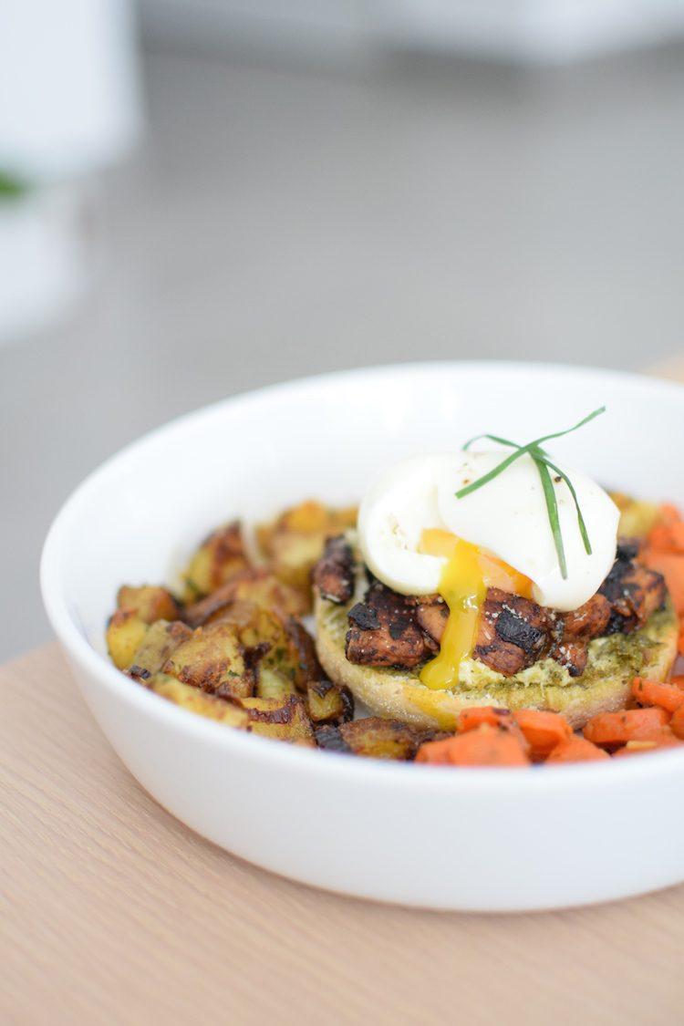 le-muffin-anglais-au-poulet-caramelise-et-oeuf-mollet-servi-avec-carottes-et-potatoes-lovalinda-blog-cuisine-recettes-entree-plat-brunch-photographie-culinaire