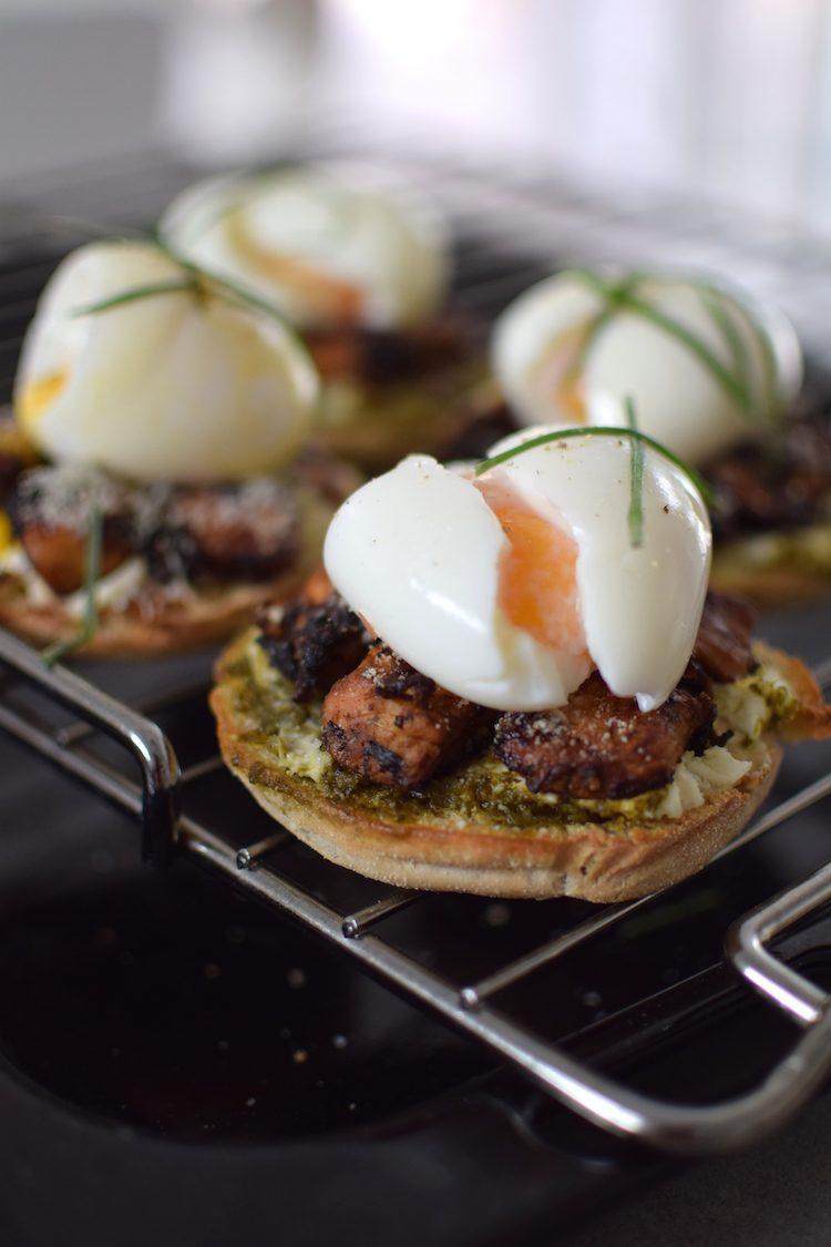 le-muffin-anglais-au-poulet-caramelise-parmesan-pesto-et-oeuf-mollet-lovalinda-blog-cuisine-recettes-entree-plat-brunch-photographie-culinaire
